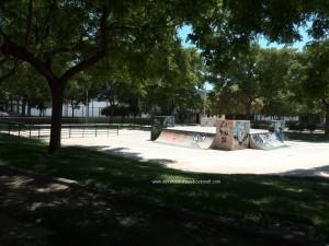 Pista de patinaje y base con pilones en las esquinas y transiciones a los lados.