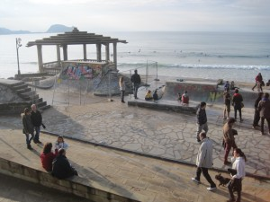 Vista general durante las obras del skatepark de la playa de Zarautz