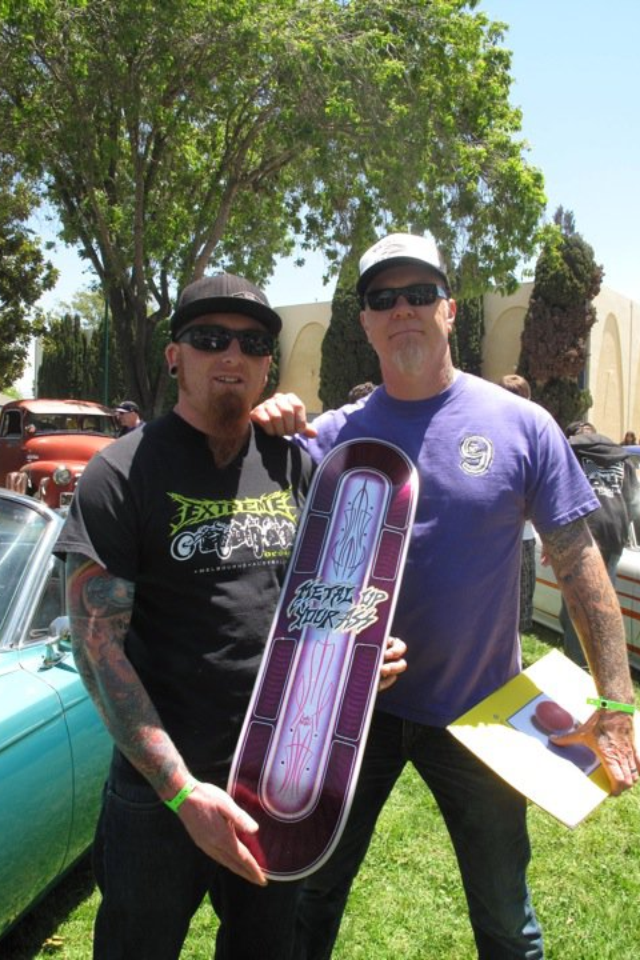 James Hetfield posando con un fan skater de Metallica