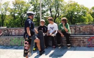 Policía confiscando skateboards