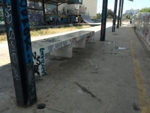 Banco y espacio cubierto de la antigua estación de Alborada