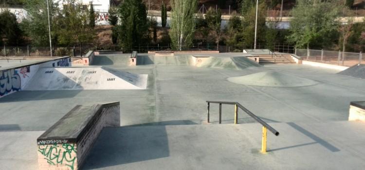 Granada-skatepark-bola-de-oro-escaleras-rails-cajones-pirámide