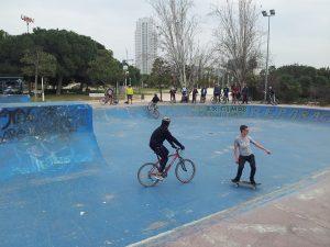 gulliver-skatepark-peligro-ciclista-sin-mirar-detras-de-skater-