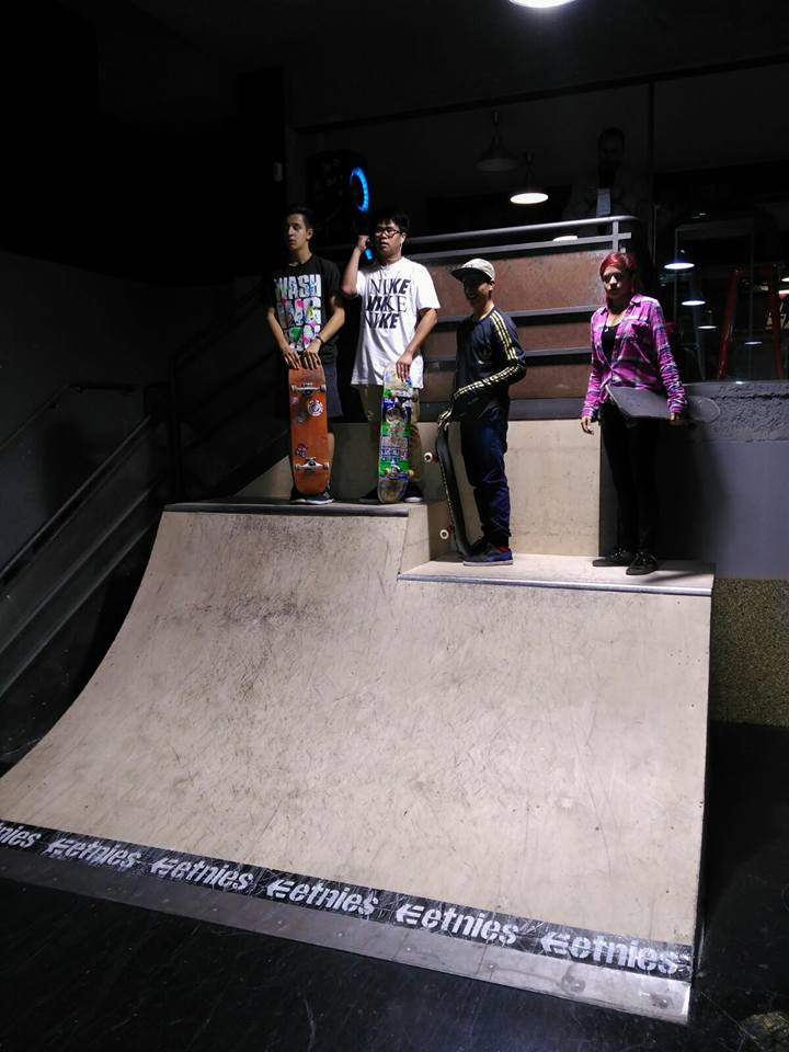 Quarter de dos alturas en el 50 Project Indoor Skatepark