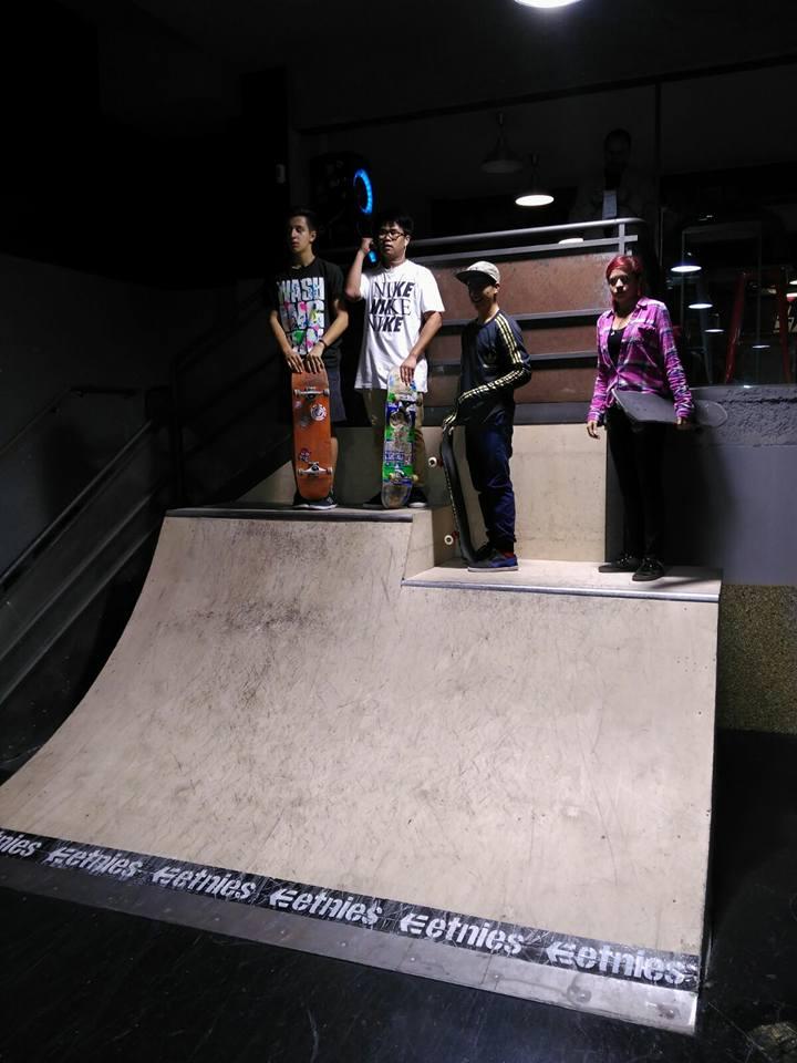 Quarter de dos alturas en el 50 Project Indoor Skatepark